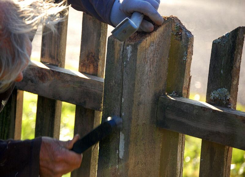 Idag är det kallt och soligt och det pågår skrapning och borstning av staketet framför prästgården.