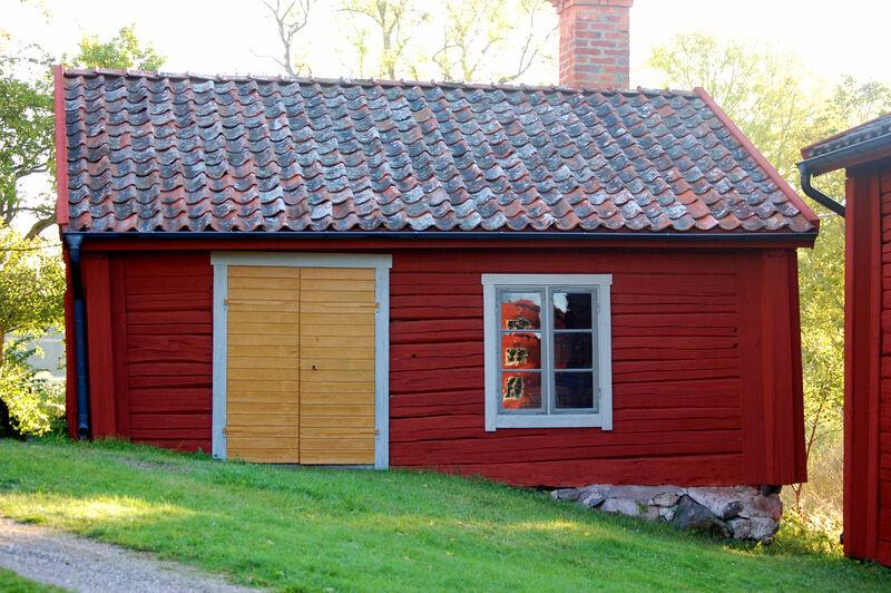 Bagarstugans dörr var tidigare svart, men fick väl godkänt som målad i gulockra. Inne i stugan finns en enorm ugn där kyrkan brukade baka julbröd innan jag köpte prästgården. Det vore roligt att renovera och använda den igen.  För er som inte redan läst det så är fönsterna målade med vit linolja blandat med olika mängd grön umbra. Det mörkare grå är tänkt att förnimma känslan av blyinfattade fönster, vilket stugorna hade från början.