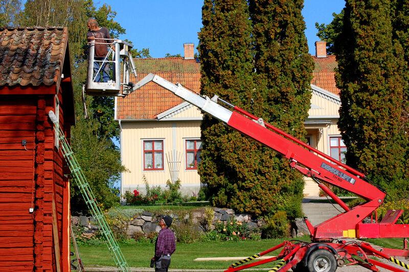 Vi fick ta till skyliften för att få upp de vindskivor som bytts ut. Christer har målat vindskivorna i Falu rödfärg, enligt rekommendation från Kalle Anderberg på Länsantikvariet. Och det blir verkligen fint och ger ett mer ålderdomligt intryck än med vitt som tidigare.