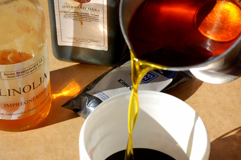 Roslagsolja är en blandning av lika delar tjära, linolja och terpentin (jag har dock använt lacknafta istället för terpentin). Jag blandade 5 dl av vardera och vispade ner två stora skedar av pigmentet kimrök för att få oljan svart.