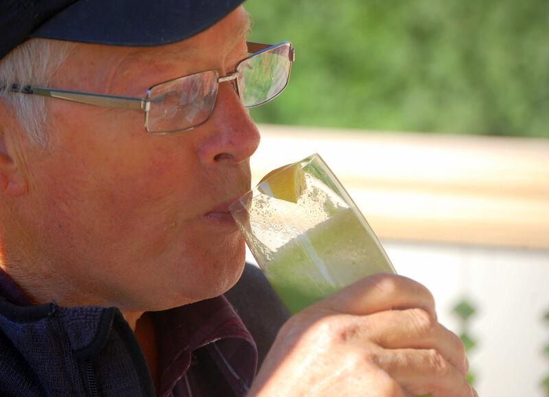 Här provsmakart pappa en blandning av päron, grönkål, mynta och citron. Riktigt gott, tycket han.
