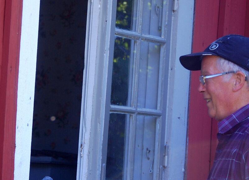 Min kära pappa ligger inte på latsidan bara för att han är pensionär. Han gick en fönsterrenoverarkurs och har nu omsorgsfullt fått ordning på samtliga (19 stycken) fönster på mina gamla k-märkta stugor.  Jag är så stolt över honom!