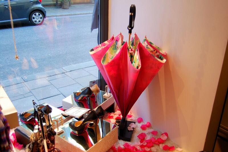Samma butik säljer söta paraplyn i olika glada färger. Snart kommer höstrusket!