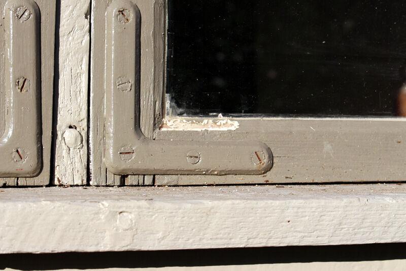 Vi konstaterade att fåglarna redan hunnit äta upp en del fönstershit. Linolja och krita är tydligen något de gillar. För er som inte redan läst det så är fönsterna målade med vit linolja blandat med olika mängd grön umbra. Det mörkare grå är tänkt att förnimma känslan av blyinfattade fönster, vilket stugorna hade från början.