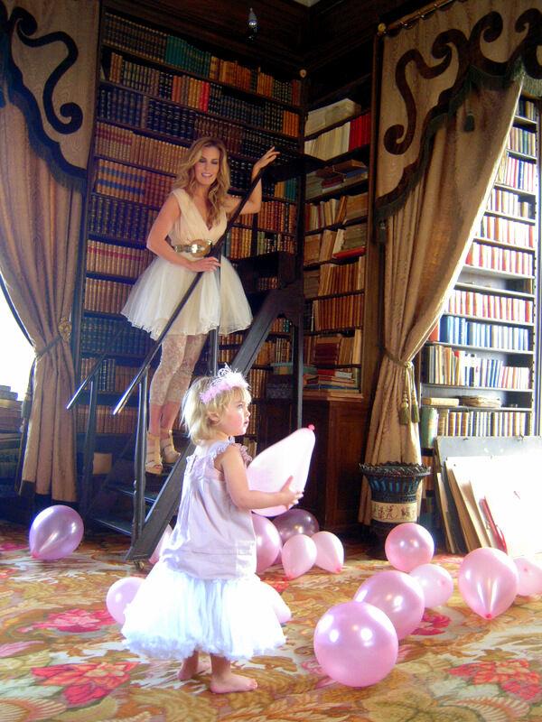 Ballonger i biblioteket höll Lovisa road och hon hade inget emot att vara klädd som en liten busig prinsessa. Jag står på biblioteksstegen och har inte mina egna kläder på mig.
