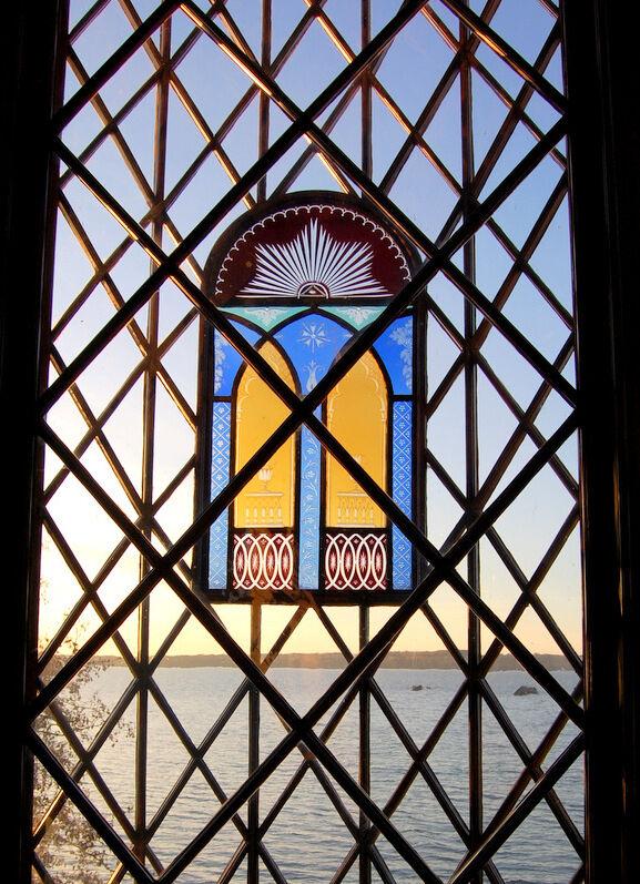 Biblioteket är ett underbart rum med fönster och sjöutsikt i alla fyra väderstreck. En hel del spröjs i detta fönster och inget som renoveras i en handvändning.
