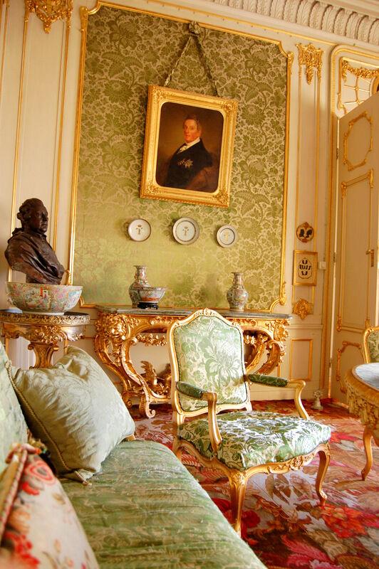 I gröna salongen hänger ett porträtt av Greve Carl de Geer; mannen som köpte det gamla slottet år 1824 och enligt sin hustru Ulrikas önskemål gjorde om det till en romantisk riddarborg.
