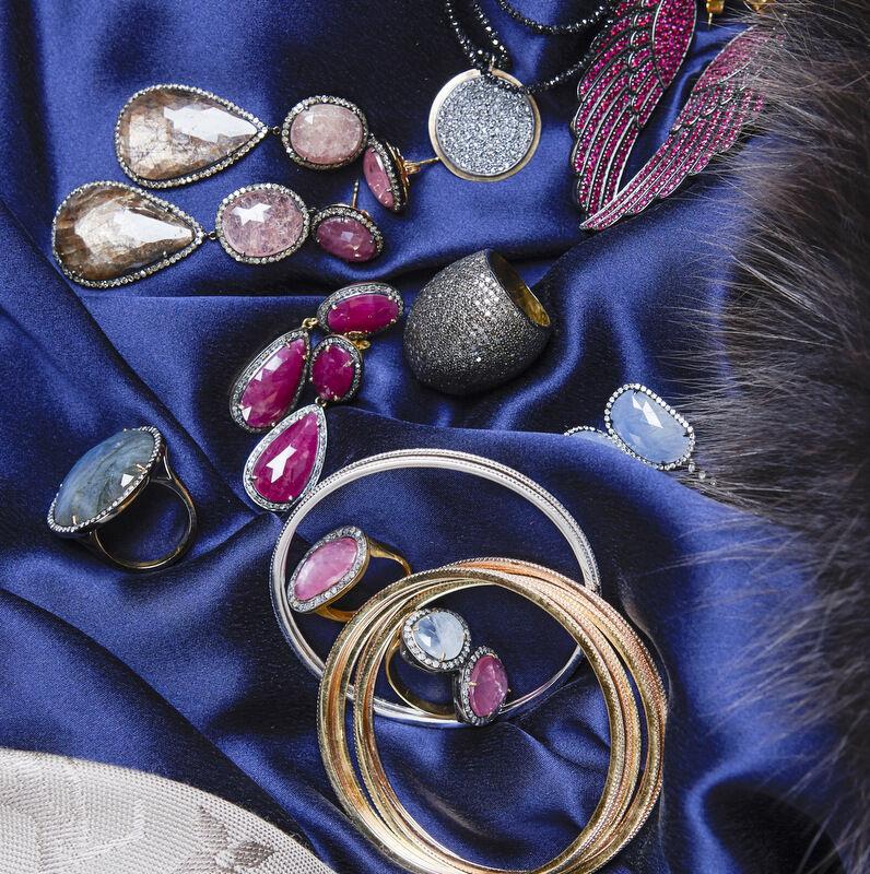 Tanken var att smyckena från Ebba Brahe skulle fotas i ett smyckesskrin som jag lånat från Balmuir och bli en detaljbild. Men smyckena kom inte till sin rätta i skrinet så till slut la jag dem på en klänning. Resultatet blev så bra att det blev en helsida istället. Kul!