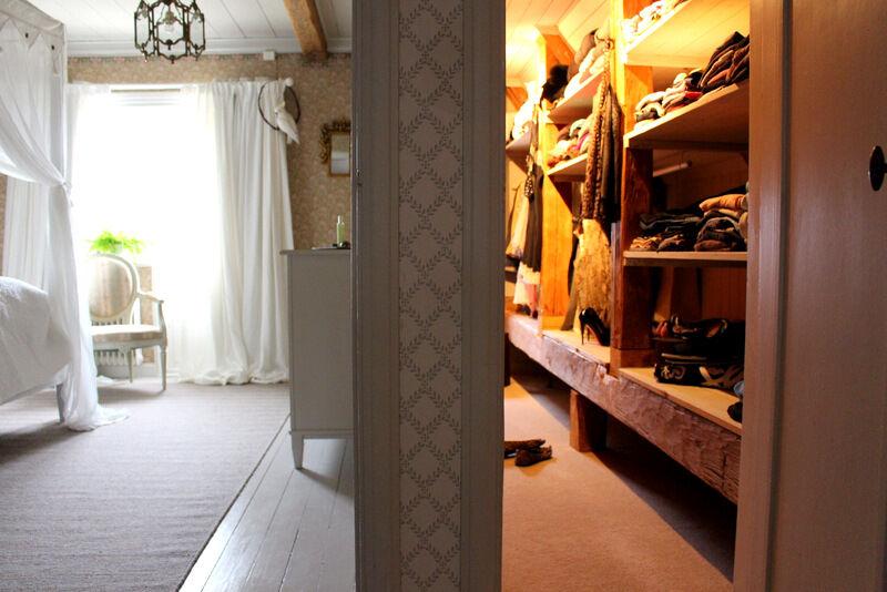 I dag har jag storstädat i mina egna garderober.  När jag fått ordning på mina småstugor kanske jag offrar ett sovrum på prästgården till att göra ett dressingroom. Tills dess får jag nöja mig med ett antal walk in closets, vilket inte är så illa. Den här garderoben var ett iskallt och mörk utrymme där jag lagt helteckningsmatta och satt upp spottar. Praktiskt och trivsamt.