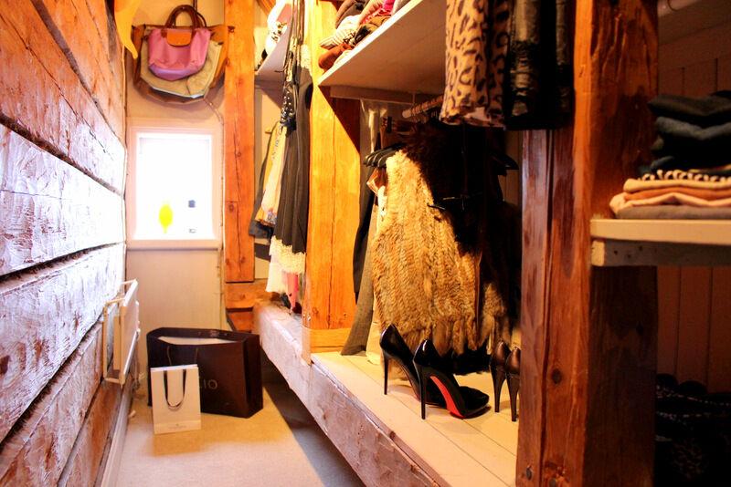 Den här garderoben var ett iskallt och mörk utrymme där jag lagt helteckningsmatta och satt upp spottar. Praktiskt och trivsamt.