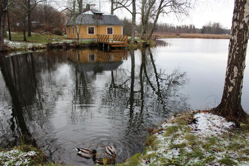 Herrgården är daterad till år 1485 och har massor av spännande historia. I lusthuset har både Albert Engström och Zorn målat en gång på tiden.