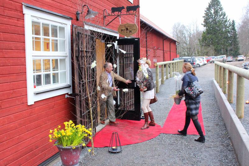 I fredags öppnade Kvalité Häst & Hund upp portarna för sina VIP-gäster. Therese Rydén skyndar in med blommor i famnen och jag springer efter med kameran i högsta hugg.