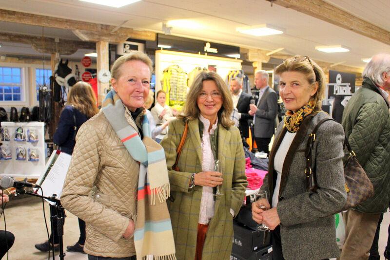 Trio av tjusiga damer från Sörmländska gods. Liane Wachtmeister från Fjällskär, Marie-Louise Almgren från Stäringe och Ebba Weijber från Hagbyberga.