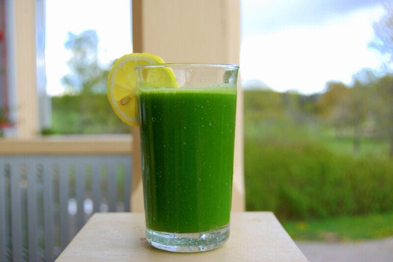 Snart kommer jag kunna göra juice på nyttiga ogräset kirskål från trädgården, blandat med gröna äpplen och citron. Gott!