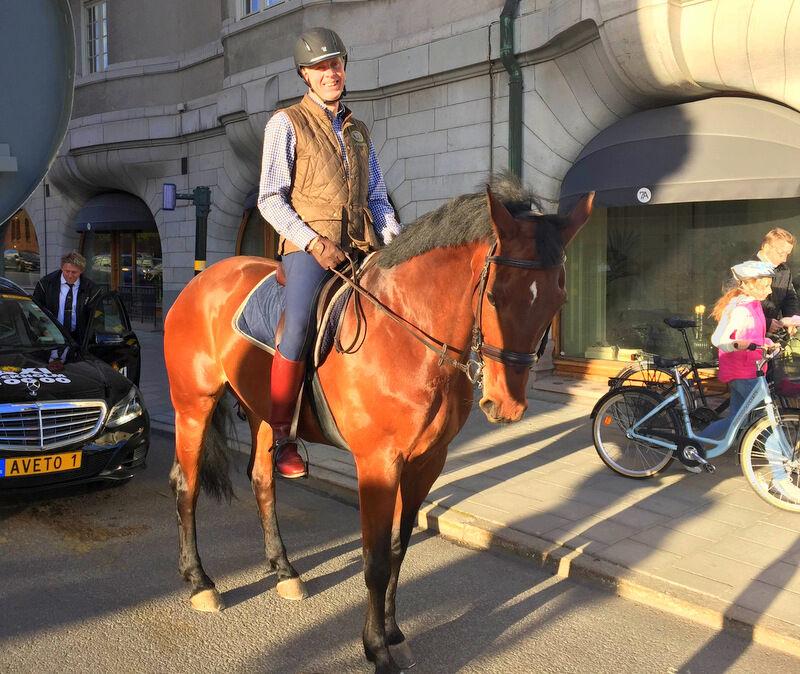 På väg till hotellet träffade vi vid ett rödljus på Lennart von Quanten som var på väg ut på en ridtur med sin häst. Lennart är fastighetsförvaltare vid Statens fastighetsverk, som ansvarar för vård och underhåll av de kungliga slotten.