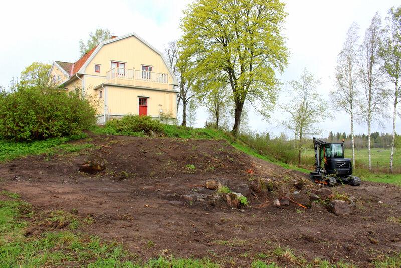 Nu är skräphögar och bergmjöl äntligen nergrävt och en gammal husgrund har kommit fram. Nu återstår bara att bestämma vad som skall göra med stenarna och vad platsen ska användas till. Kom gärna med förslag!