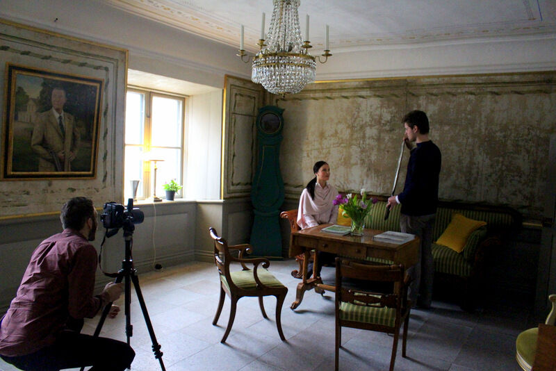 I det här rummet har även den målade linnevävstapeten omsorgsfullt restaurerat till en härligt patinerad yta.  Josephine Kierkegaard får hjälp med ljuset av sin bror Nils inför ett porträtt.