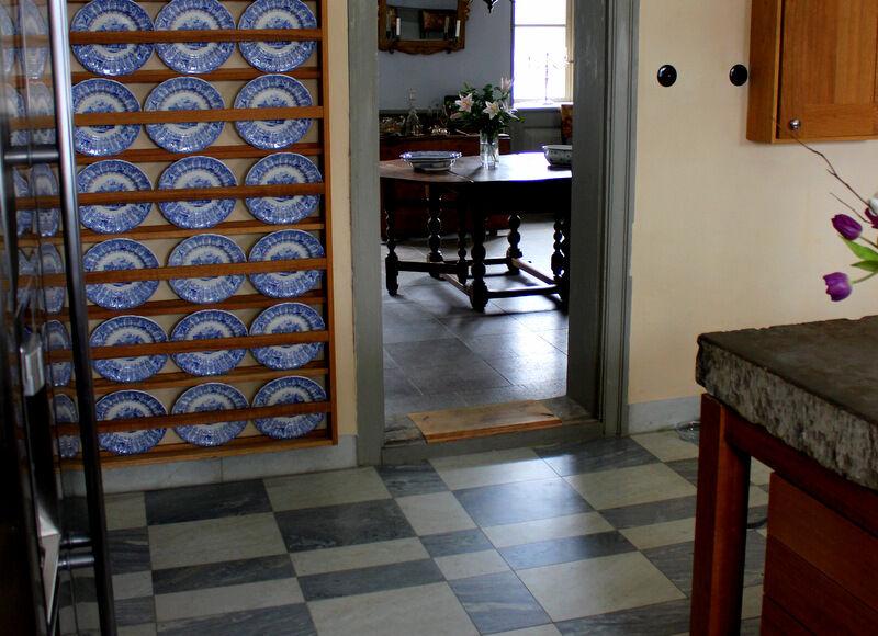 Rogershus vackra köksgolv. På Ekeberg har det brutits marmor sedan 1896. Ekebergsmarmorn har hög densitet och lämpar sig mycket väl till badrum och till fasad, heller som här till köksgolv.