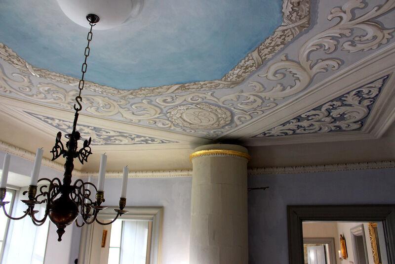 Ett gediget arbete har lagts ner till att restaurera Rogershus som antagligen är vackrare än någonsin. Takmålningarna är gjorda av konservator Pazstor Gabor som fick inspirationen till matsalens ornament från riddarsalens tak på Stora Sundby.