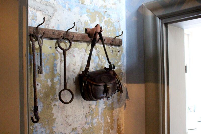 På flera ställen har väggpartier sparats för att visa orginalfärgerna.