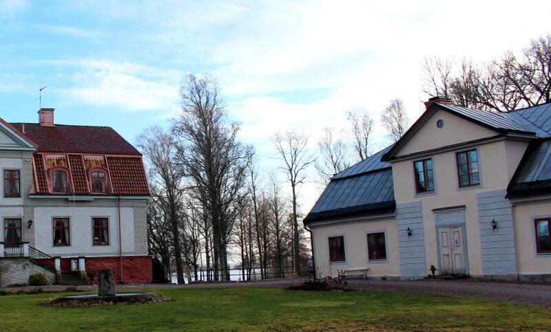 """Namet Rogershus kommer från Hjalmar Bergmans genombrottsroman """"Hans nåds testamente"""" där författaren låtit huvudkaraktären Roger de Sars bo i Ekebergs huvudflygel. På den tiden var inte huset en flygel, utan gårdens Corp de logi."""