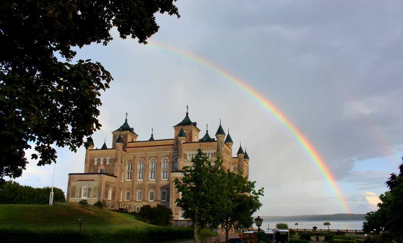 Stora Sundby slott i vacker inramning.
