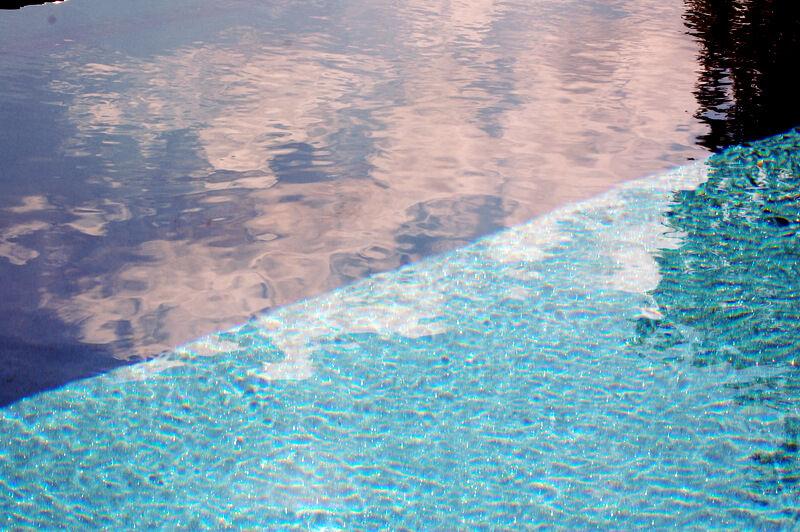 Titta så fint vattnet i poolen blivit! Bara på en dag försvann det lilla grumlet som fanns och det är nu helt klart. Jag vill gärna undvika kemikalier om möjligt, men det går trots allt åt väldigt lite till en privat pool. Jag ska med tiden sätta mig in i olika alternativ till rening av vattnet, men just nu har jag följt poolförsäljarens råd rakt av och använder klor.