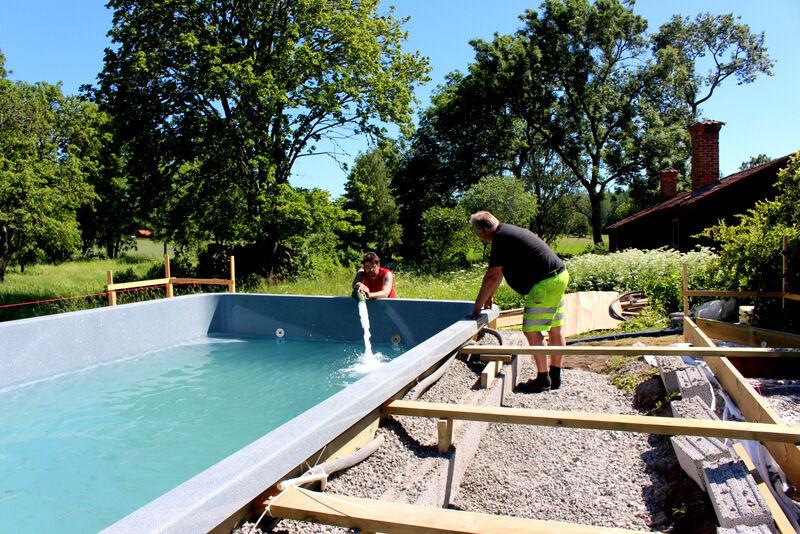 Och så kom sista vattenleveransen. Nu är det konstaterat av flera att poolen har den varmaste platsen på hela prästgården. Toppen!