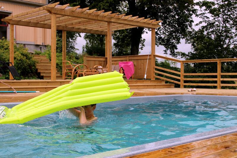 Det är betydligt varmare i vattnet än i luften och barnen badar flitigt trots vädret.