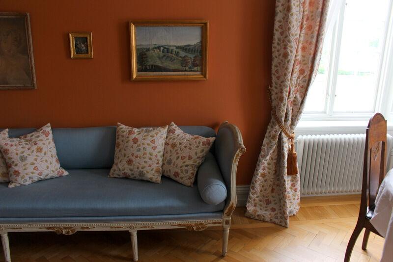 """Vackra färger. Gardiner och kuddar är uppsydda i Malmköping av Marie Boberg på Hem & Miljö. Marie har även sytt gardinerna till """"master bedroom"""" på Stora Sundby slott och på många andra sörmländska gods och herrgårdar."""