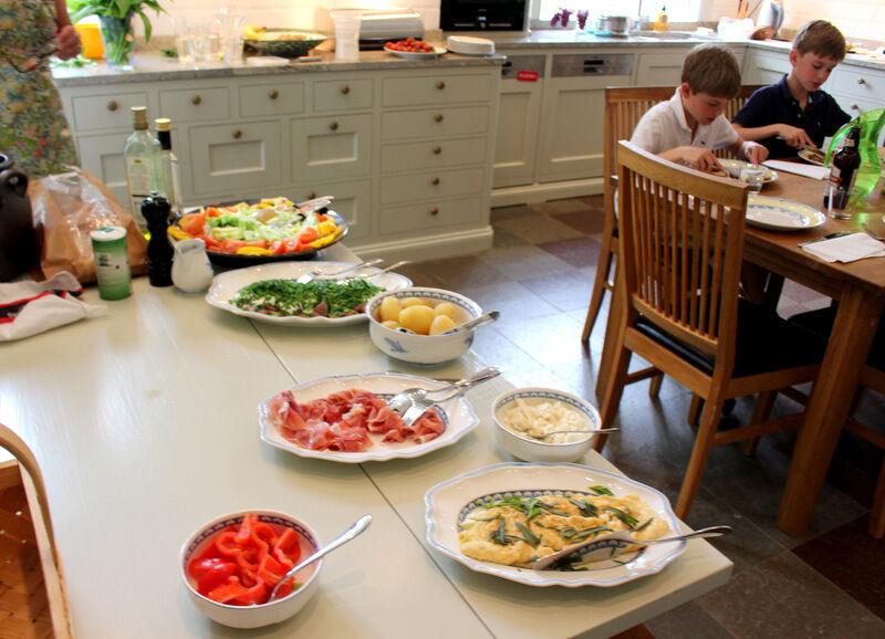 Charlotte bjöd generöst på en härligt god sommarlunchs i köket med sill och potatis, omelett och kallskuret.