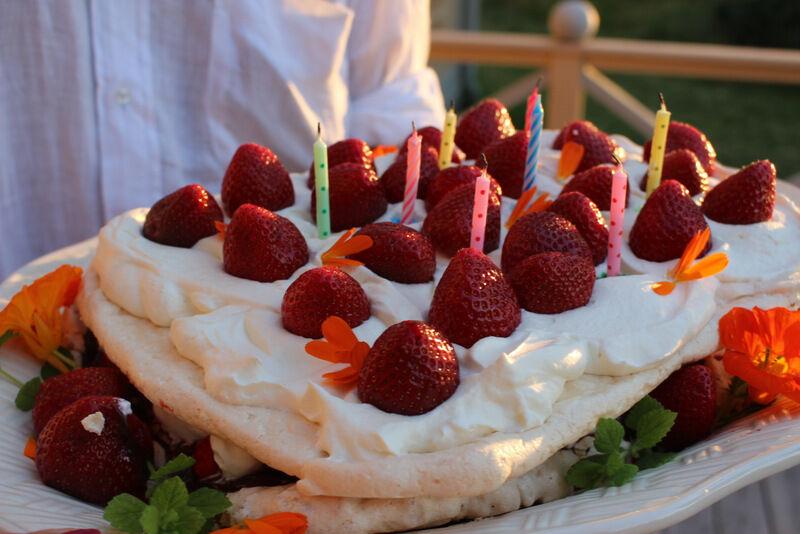 Åtta ljus på favorittårtan (maräng, choklad, jordgubbar och grädde) redo att tändas.