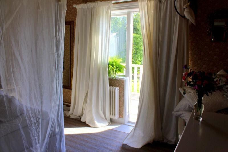 Även om det inte är några myggor så känns det bra att använda myggnätet. Jag skickade efter mitt på www.mokito.net Titta gärna på fler bilder från mitt sovrum i ett tidigare inlägg.  http://godsochgardar.se/bloggar/tina/himmelsang-av-myggnat/