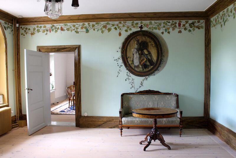 Olof hann dock sätta sin prägel på väggarna i entrén.