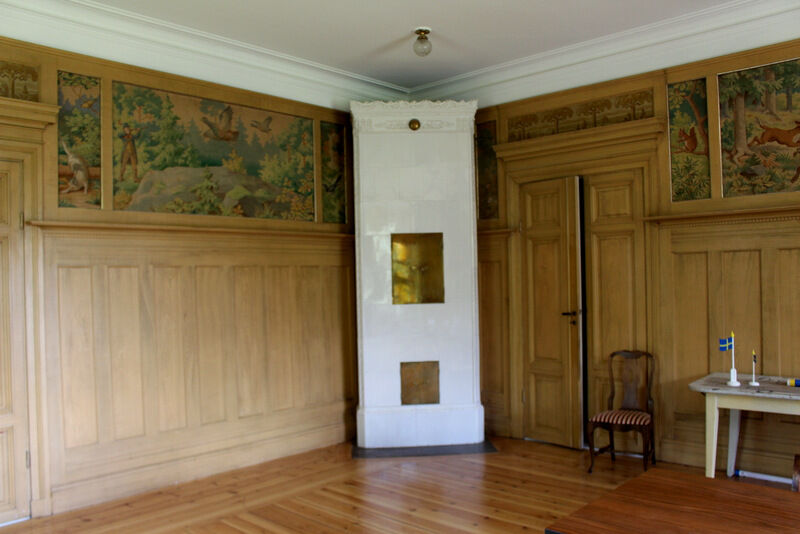En stor sal på övervåningen har väggar med jaktmotiv målade på väv, troligen från Tyskland.