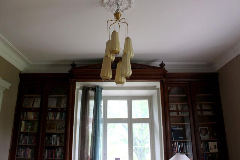 Platsbyggt bibliotek och orginallampa