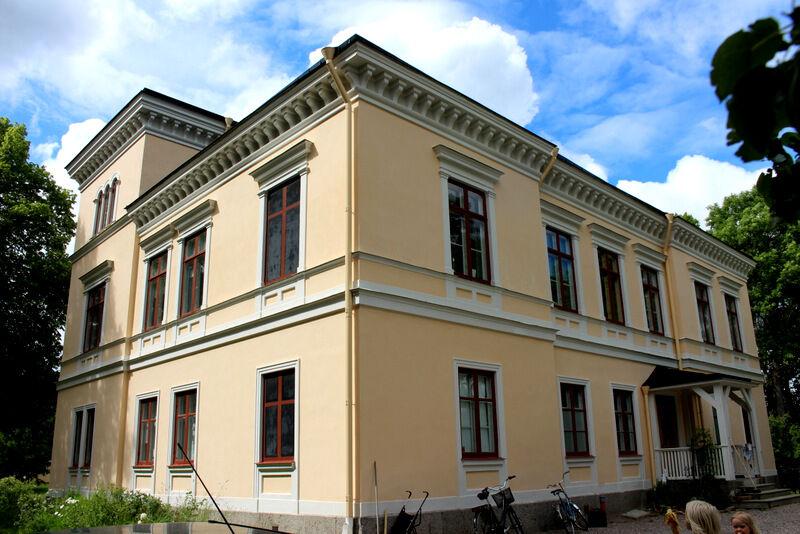 Villan byggdes av landskapsmålaren Olof Hermelin. Han hade planerat att riva den äldre säteribyggnaden som ligger framför, men gick bort innan han hann slutföra sin plan.