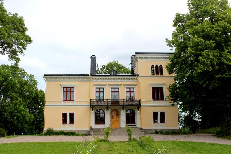 Rakt bakom ligger ett större hus som byggdes 1886 i italiensk villastil, vilket hör till ovanligeten i sörmländska trakter.