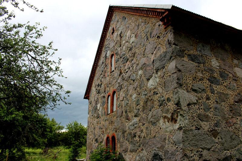 En vacker gammal stenbyggnad ligger intill.