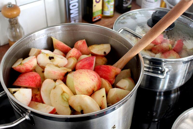 Trädet hade massor av frukt, så det var omöjligt att hinna äta upp, så jag klyftade dem och kokade dem mjuka.