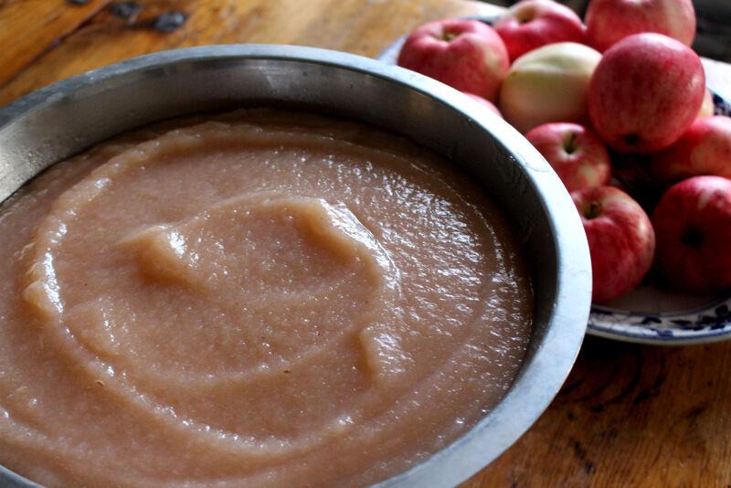 Titta så fint! När hushållsassistenten gjort mos på äpplena så kokade jag snabbt upp moset med en anings socker. Sen fick det stå och svalna innan jag frös det i mindre förpackningar.