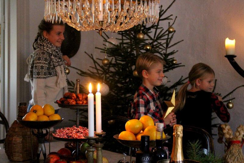 På det här säteriet är det en stor familj som kommer fira jul tillsamman. Louise, Viggo och Sally kom efter skolan och var duktiga framför kameran.