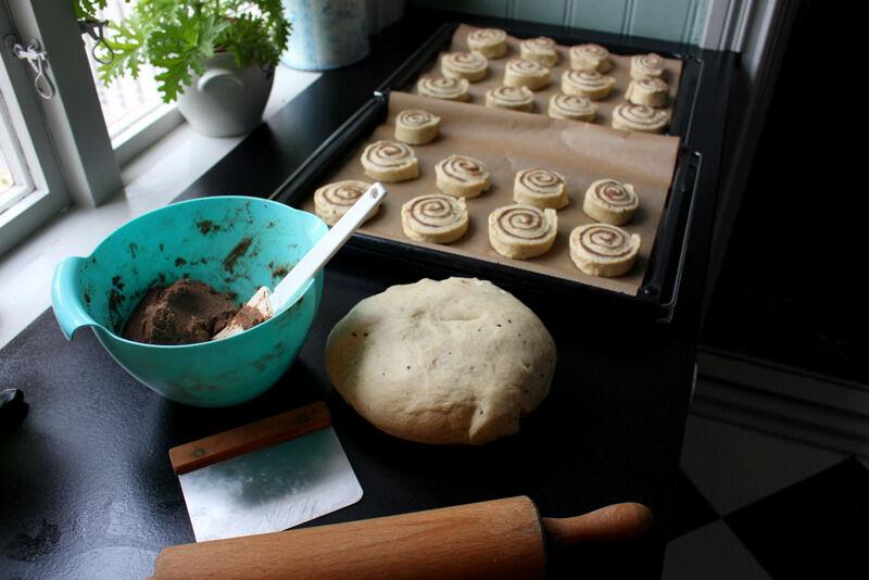 Ta vilket klassist bullrecept som helst, men se till att alla ingredienserna är kalla när de blandas, inklusive smöret som kan vara något uppmjukat. Degen måste ha så lite mjöl som möjligt för att bullarna ska bli så saftiga som möjligt. Genom att låta degen jäsa i kylskåp över tex natten så blir degen fast och lätthanterbar, även om den är lite väl fuktig.