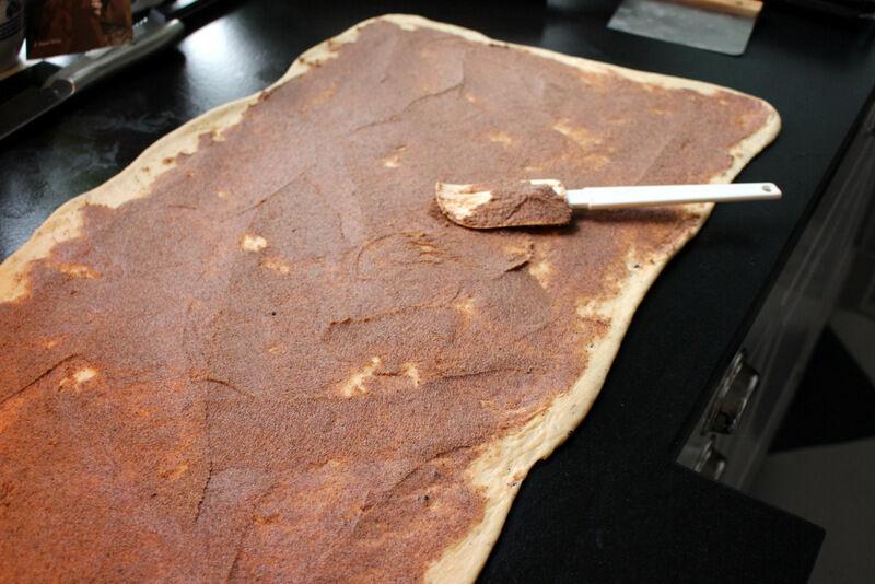 Jag kavlar den kalla och fasta degen direkt ut på granitbänken och brer på rikligt med smör blandat med kanel, kardemumma, socker och en gnutta salt (här finns utrymme för improvisation)
