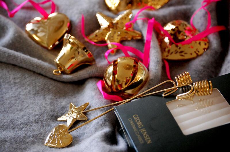 På Georg Jensen hos NK hittade jag dessa ursöta guldpläterade ljushållare till julgranen. De kostar 179 kr styck. Där fanns också en mängd med söta julgransdekorationer i olika former som kostar mellan 149 kr och 499 kr styck.