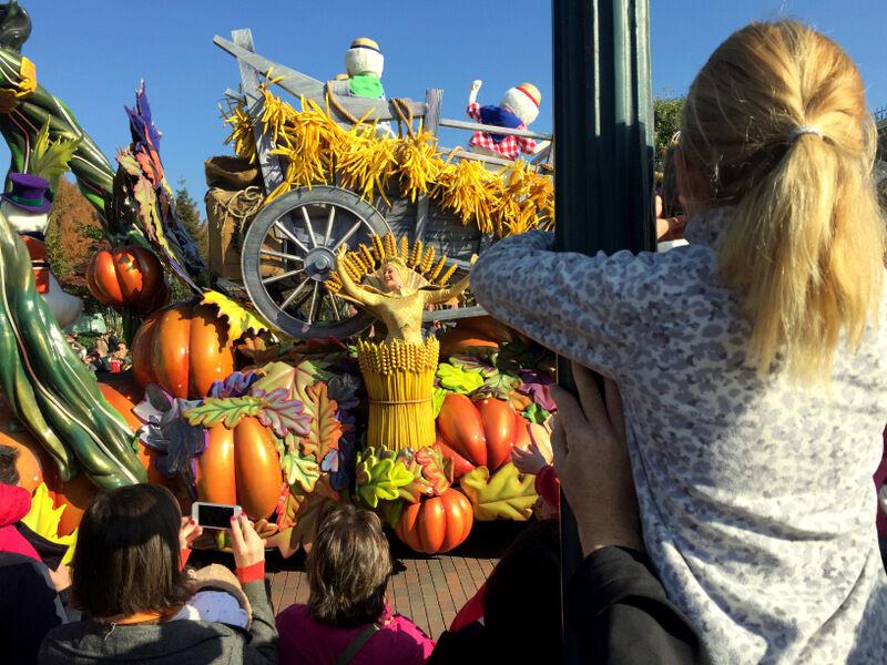 Barnen imponerades av de färgglada showerna i Halloween-tema.