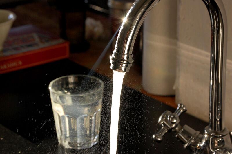 Radon i dricksvatten övergår till luften och därmed andas man in det, framför allt när man duschar och diskar. En radonhalt i vattnet av 1 000 Bq/l beräknas bidra med ca 100 Bq/m 3 till inomhusluften. Uran i dricksvatten kan påverka njurfunktionen. Det var inte någon roligt information att få. Vilken tur att huset är naturligt dragit och att vi är mycket utomhus.