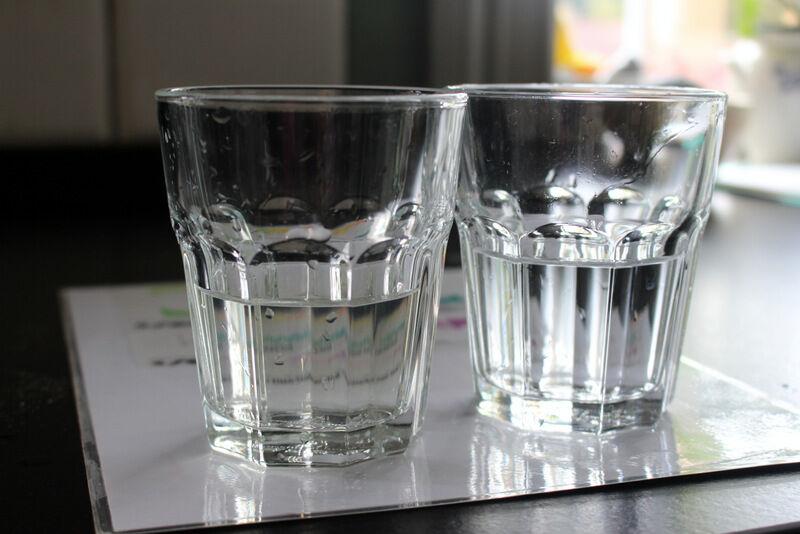 Här syns mitt missfärgade vatten till vänster och ett kommunalt vatten till höger. Skillnaden är inte stor i bara ett glas vatten, men när ett helt badkar fylls blir skillnaden väldigt stor. Mitt vatten påminde då om mörk julöl. Inte inbjudande!