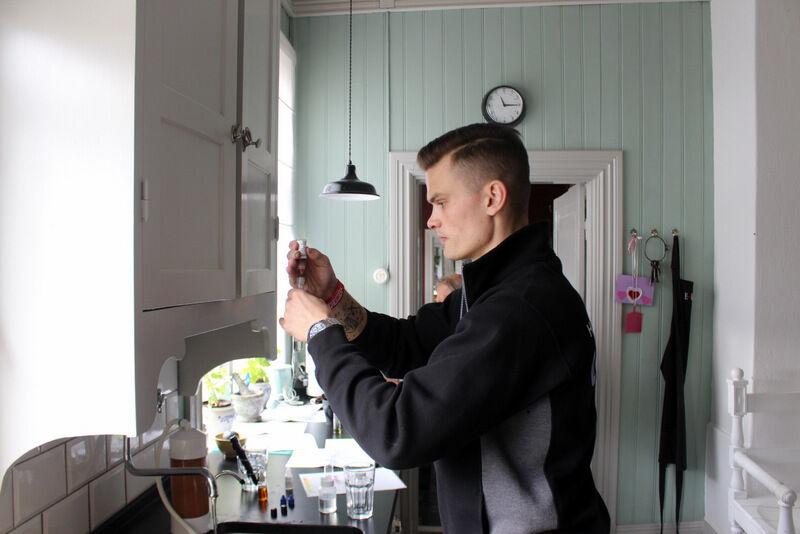 I höstas kom Martin från Brava Vattenrening till prästgården för att ta vattenprover. Jag hade tidigare vattnet hos Eskilstuna Energi & Miljö, men vatten kan ändras och för att hitta rätt lösning till problemet behövdes nya prov. Radonprov hör inte till standard där jag testat tidigare, men på Brava gör man alltid ett radontest också.