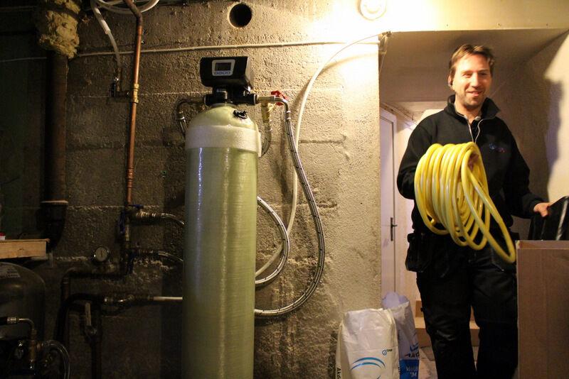 Radonproblemet blev jag av med genom att sluta använda vattnet i den nyborrade brunnen och istället återgå till vattnet i den gamla och grävda brunnen. Det är inte ovanligt att grävda brunnar har lågt PH-värde, då vi genom övergödning har förstört vårt ytvatten (vilket bidrar till att det blir bland annat mer uran i grundvattnet; en kompliserad historia som jag inte vet tillräckligt om, men det handlar om miljöförstöring). Ett lågt PH-värde gör vattnet aggressivt. Det fräter på ledningar och det blir kopparutfällningar (varav blont hår kan bli grönt). Jag hade två gånger tidigare haft läckage pga sönderfrätta ledningar (varav jag borrade ny brunn). Men nu har Rickard på Brava installerat ett filter som höjer PH-värdet, så inget mer grönt hår och inga mer sönderfrätta ledningar. Hurra!